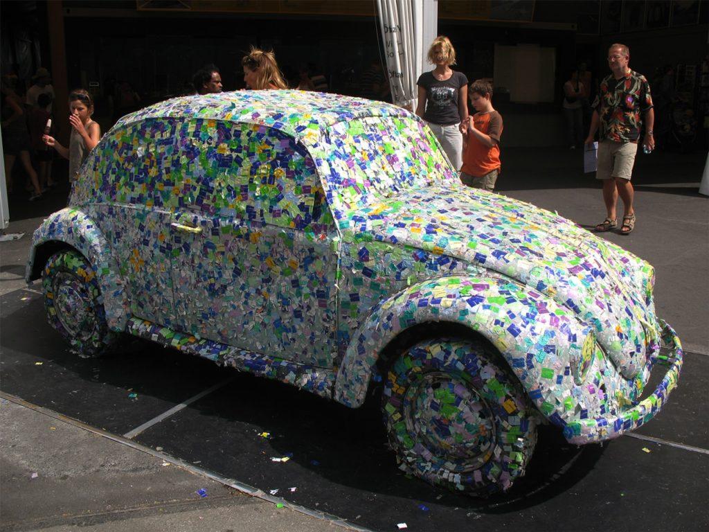 Une voiture volkswagen Beetle entièrement recouverte de stickers adhésifs