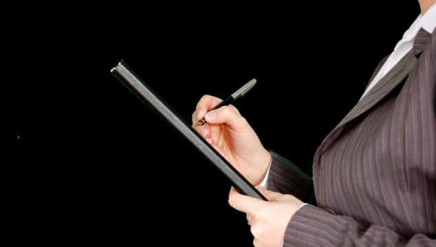 un recruteur prend des notes sur le candidat