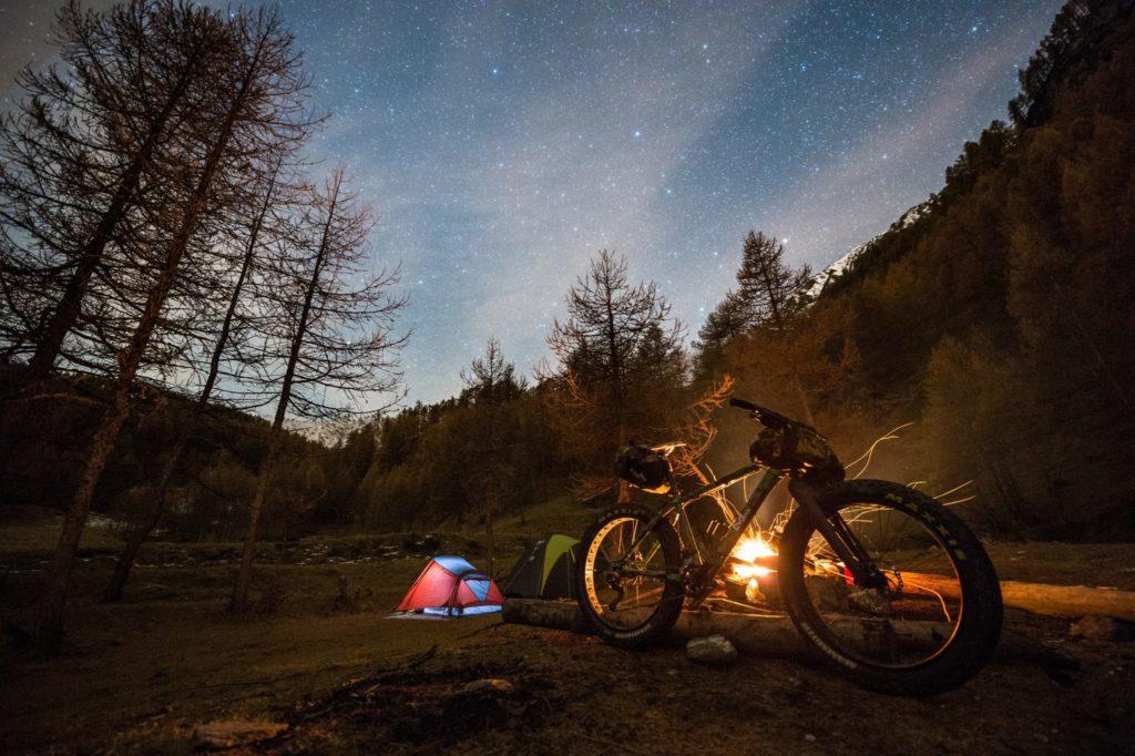 camping et velo dans la nature en pleine montagne